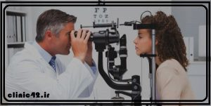 چشم پزشک در حال معاینه بیمار
